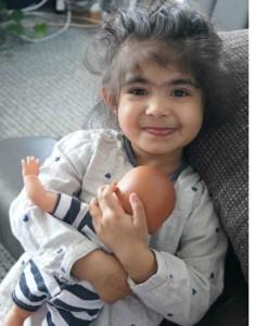 """Meine Tochter testet die Schlummerle Puppe """"Kleiner Bruder"""" von Schildkröt"""