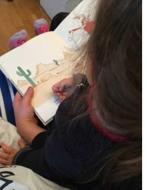 Bei der Kombination aus einer spannenden Geschichte und tollen großen Bildern konnte meine 3-jährige Tochter kaum ruhig auf dem Stuhl sitzen bleiben.