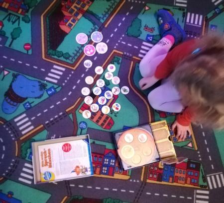 Unsere  Tochter spielt das Spiel total gerne, sie beschäftigt sich sehr gerne  alleine damit, sucht sich aber auch Erwachsene oder andere Kinder, mit  denen sie das Spiel gerne spielt.