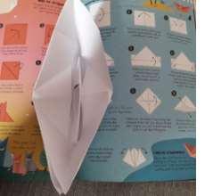 Falte ein Segelboot oder ein Bild mit Fingertupfern.