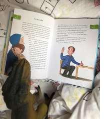 Die Geschichten sind immer aus Kinderaugen betrachtet und gehen mit ihnen durch den Alltag des Kindergartens.
