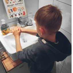 Das Buch zeigt bei ihm große Wirkung. Anhand der Erklärung, warum man sich vor dem Essen die Hände waschen muss und auch sonst immer tun sollte, akzeptiert er das Hände waschen deutlich besser und achtet selbst darauf